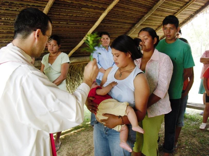 Don Andrea battezza un banbino