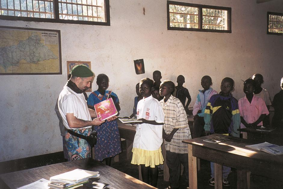 Bruno consegna riconoscimenti agli studenti